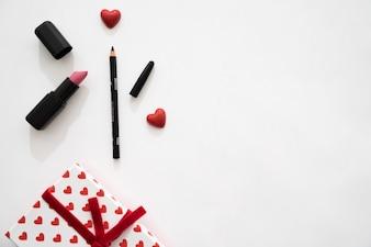 Gift box met harten, lippenstift en eyeliner