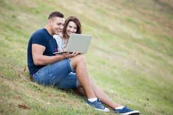 Glimlachend paar te kijken naar een laptop