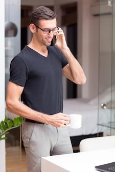 Glimlachende Aantrekkelijke Man Praten Over Telefoon Thuis