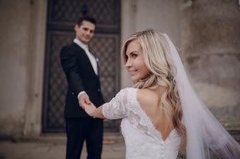 Glimlachende bruid die een zijdelingse blik
