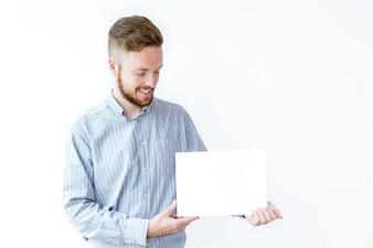 Glimlachende jonge manager demonstratie reclame