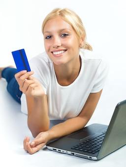 Glimlachende vrouw met plastic kaart