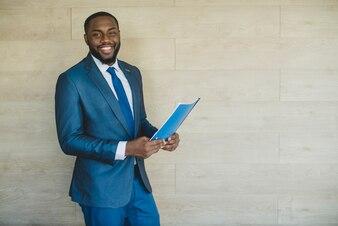 Glimlachende zakenman met cv