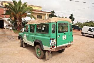 Groene jeep van achter