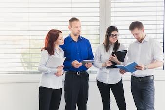 Groep jongeren die met documenten werken