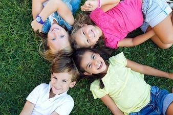 Groep kinderen die plezier hebben in het park.