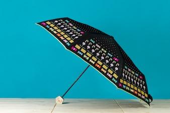 Grote zwarte paraplu met gekleurde items