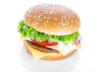 Hamburger met kaas, sla en tomaten
