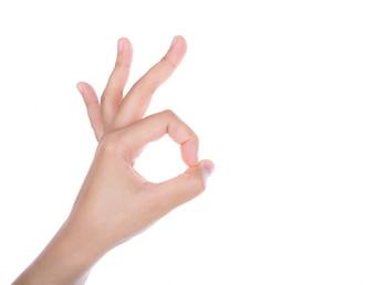 """Hand die het gebaar van """"ok"""""""