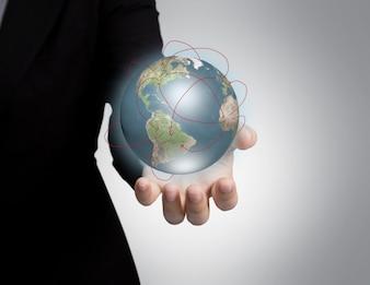 Hand met een glanzend planeet aarde