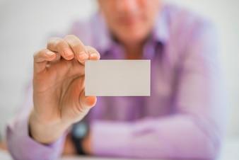 Hand met een witte kaart