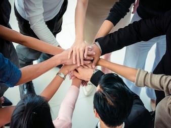 Handen van business team op werkruimte achtergrond bovenaanzicht, business team concept