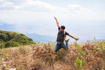 Happy wandelaar springen in de velden
