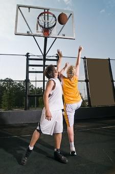 Het basketbal schieten