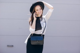 Hipster meisje mobile wazig stad