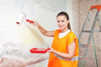 Housepainter schildert muur met rol