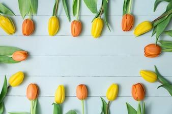 Houten achtergrond met bloemen frame