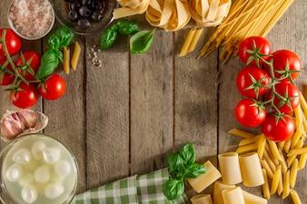 Houten achtergrond met frame gemaakt van ingrediënten