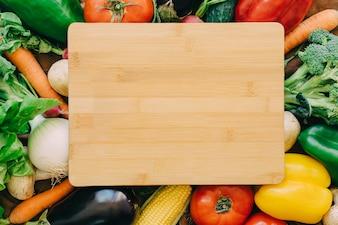 Houten bord op groenten