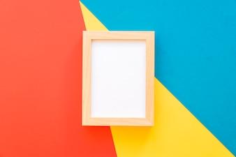 Houten frame op geometrische achtergrond