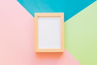 Houten frame op kleurrijke achtergrond