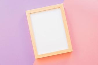 Houten frame op roze en paarse achtergrond