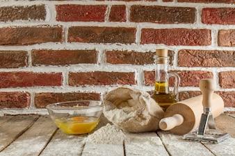 Houten planken met bloem en andere gebak ingrediënten