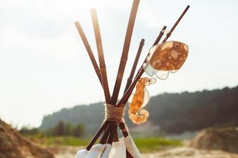 Houten stokjes versierd met speelgoed zee paard en vis