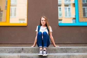 Inhoud tiener op trottoir