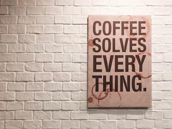 Inspirerend motiverend citaat over koffie op canvas frame die op bakstenen muur in het cafe hangt