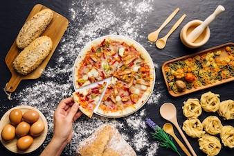 Italiaanse eten decoratie met hand nemen pizza slce