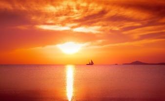 Jacht varen tegen zonsondergang. Vakantie lifestyle landschap met skyline. Uitstekend proces.