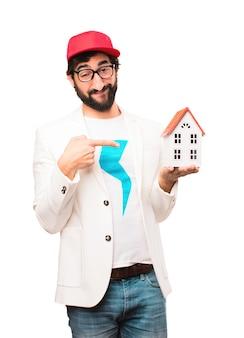 Jonge gekke zakenman met huis