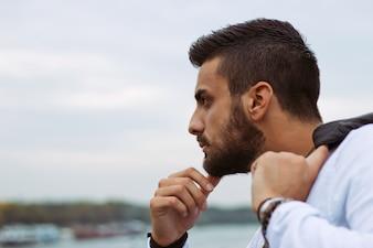 Jonge knappe man kijkend naar het stadszicht