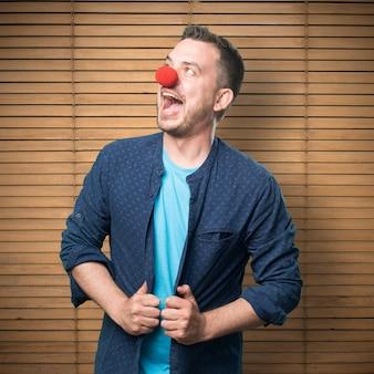 Jonge man draagt een blauwe outfit. Crazy clown.