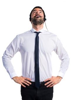Jonge man met een hoofdtelefoon opzoeken