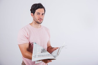 Jonge man met krant