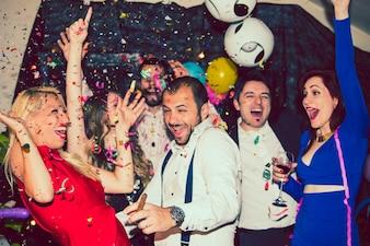 Jonge vrienden hebben plezier in de disco