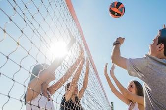 Jonge vrienden spelen volleybal