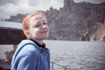 Jonge vrouw genieten van boottocht