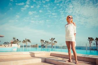 Jonge vrouw genieten van de zon