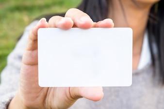 Jonge vrouw met creditcard en met behulp van een laptop computer. Online winkelconcept