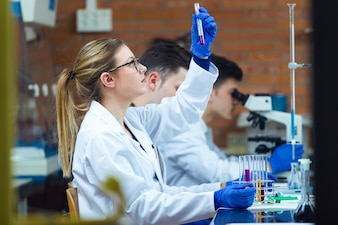 Jonge wetenschappers voeren een experiment uit in een laboratorium.