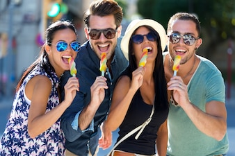 Jonge zomer zonnebril groep fun