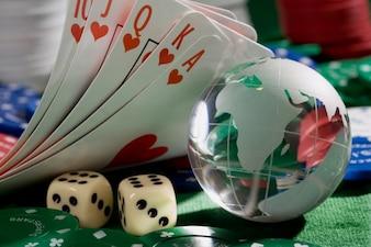 Kaarten, dobbelstenen en poker chips