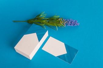 Kantoorartikelen mockup met visitekaartjes en bloem