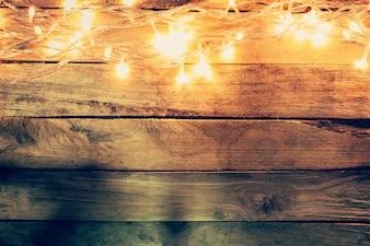 Kerstverlichting op houten achtergrond met ruimte