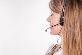 Klantondersteunende telefoonoperator in de headset, met een leeg copyspace-gebied voor een slogan of een tekstbericht, op een witte achtergrond. Raadgevend en bijstands service callcenter