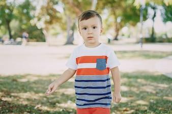Kleine jongen 7 jaar park