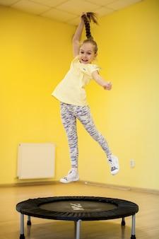 Kleine sport trampoline mooie jeugd